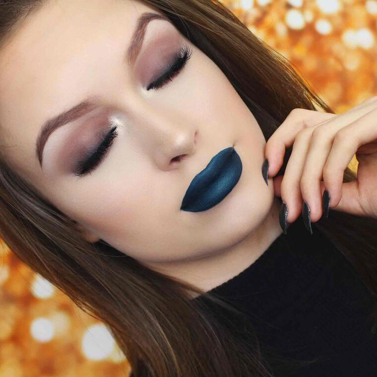 Explore the Smoky Bombshell by @laura_leth featuring Liquid Lipstick - Requiem