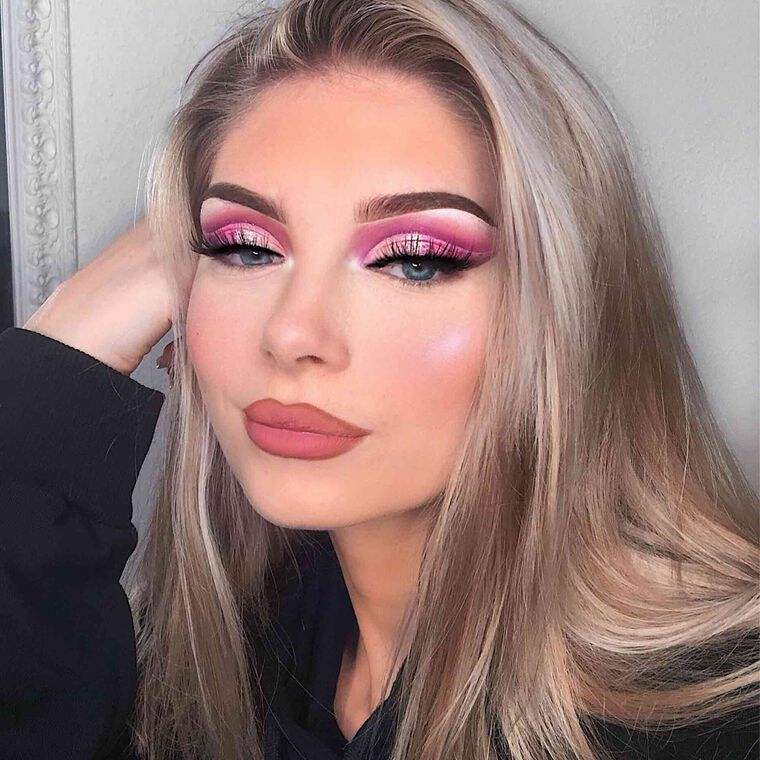 Explore the Pink on Pink by @chenoamariposa featuring DIPBROW® Pomade - Medium Brown