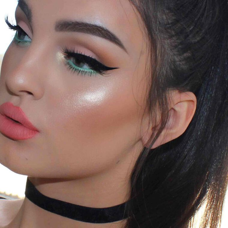 Explore the Macro Glow by @efpemakeup featuring DIPBROW® Pomade - Ash Brown